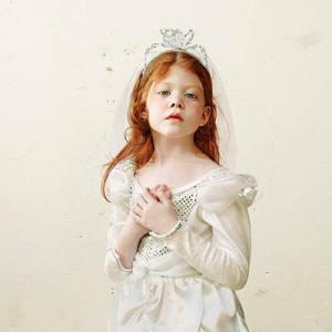Лоретта Люкс детский фотоколлаж девочка в белом платье