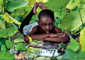Рууд Ван Эмпл фотоколлаж мальчик на земле